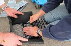 Der Ausblaskanal zur Dämpfung der Ausblasluft wird vorbereitet und die Dämpfungselemente eingeklebt. (Foto: has)