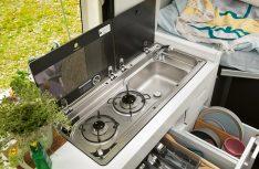 Die Küche des Grand California mit 2-Flamm Gaskocher, Spüle und vielen Staumöglichkeiten. (Foto: VWN)