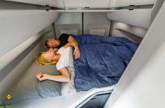 Das Doppelbett im Grand California ist im Heck quer eingebaut. (Foto: VWN)