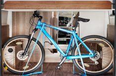 Im neuen VanTourer finden auch große Sportgeräte sehr leicht ihren Platz. Mit wenigen Handgriffen können sogar zwei Fahrräder mühelos im Mobil verstaut werden. (Foto: VanTourer)