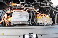 Vorn im e-Crafter ist der Elektromotor integriert – eine Synchronmaschine des Typs EEM85. Sie stellt 100 kW als Peakleistung zur Verfügung. (Foto: det)
