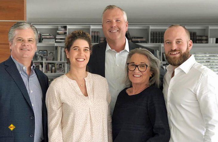 Der Deal zwischen Thor und EHG ist perfekt: v.l.n.r.: Todd Woelfer (Senior Vice President Thor Industries), Carolin Hachenberg (Mitglied des Aufsichtsrats EHG), Robert Martin (CEO Thor Industries), Gerda Hymer, Christian Hymer (Mitglied des Aufsichtsrats EHG)