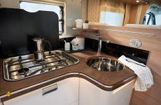Edel ausgestattet und praktisch: Viel Platz und Stauraum in den Kosmo-Küchen. (Foto: Laika)