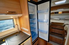 Der große Kühlschrank ist direkt neben dem Küchenblock griffgünstig hochgesetzt. (Foto: det)