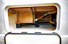 Der Doppelboden schafft viel Stauraum. Die Heizungsrohre sind relativ ungeschützt gegen rutschendes Staugut. (Foto: det)