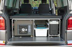 Die Campingbox L-CM wird mit einem Küchenauszug, Faltspüle, 12 l-Frischwasserkanister, Gaskocher und einem Utensilo-Klappteil geliefert. (Foto: Reimo)