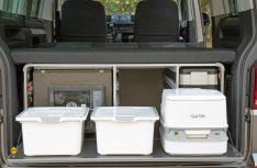 Das mittlere Staufach bietet Platz für zwei Schubladen und eine Mobil-Toilette. Daneben ist Platz für eine Kühlbox.(Foto: Reimo)