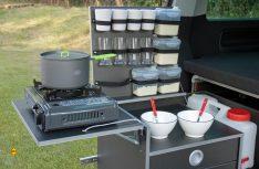 Das Utensilo-Klappteile der Reimo Campingbox: Funktionale Heckküche mit cleverem Stausystem. (Foto: Reimo)