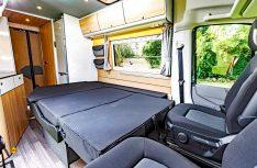 Aus der Dreier-Sitzbank wird ein komfortables Doppelbett. (Foto: Reimo)