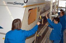 Die besonderen Herausforderungen bei der Lackierung von Caravans liegen demzufolge vor allem im Materialmix: Aluminium, PMMA (Polymethylmethacrylat), PUR (Polyurethan), Holz, ABS (Acrylnitril-Butadien-Styrol), GFK (Glasfaserverstärkter Kunststoff) und PP (Polypropylen) sind in der Außenhaut der Wohnmobile verbaut. (Foto: MT-Archiv)