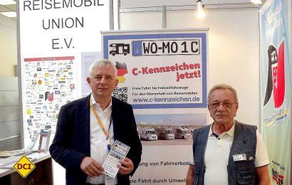 Die Reisemobil Union (RU) setzt sich auf ihrem Messestand auch für die Initiative C-Kennzeichen ein. Mit dem Präsident Winfried Krag (re.) und Peter Hirtschulz, dem Pressesprecher der RU, hat das D.C.I. ein Interview geführt. (Foto: tom/DCI)