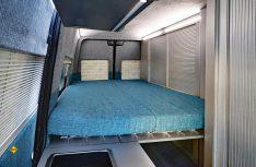 Das Längsbett mit Kaltschaummatrtze und Federtellerunterbau ist teilbar und kann aufgeklappt werden. (Foto: Werk)