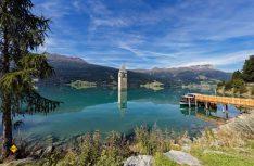 Der versunkene Kirchturm im Reschensee ist eines der beliebtesten Postkartenmotive des Vinschgaus.(Foto: Vinschgau Tourismus)