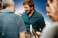 Caravan Salon Düsseldorf: Nach der Buchvorstellung auf der Knaus Tabbert-Aktionsbühne signierte Markus Sämmer die Erstausgaben seines Kochbuchs. (Foto: Knaus Tabbert)