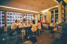 Leichter Reisen mit dem Rolli: Barrierefreie Gästeführung und Weinprobe an der Südlichen Weinstrasse in Maikammer. (Foto: Jack Senn, Südliche Weinstraße)