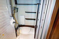 Der Sanitärbereich neben dem Bett verfügt über alle Annehmlichkeiten. (Foto: sis / D.C.I.)
