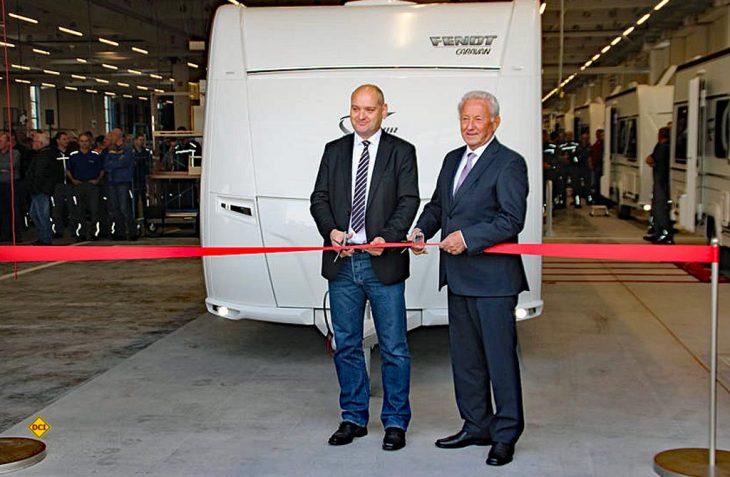 Die offfizielle Einweihung fand mit Martin Paninka (links), Bürgermeister Asbach-Bäumenheim und Harald Striewski,Eigentümer der Fendt-Caravan GmbH statt. (Foto: Fendt-Caravan)