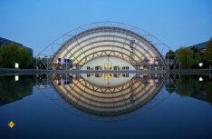 Neues Messegelände - Die spektakuläre Glashalle am Abend. (Foto: Leipzig Tourismus)
