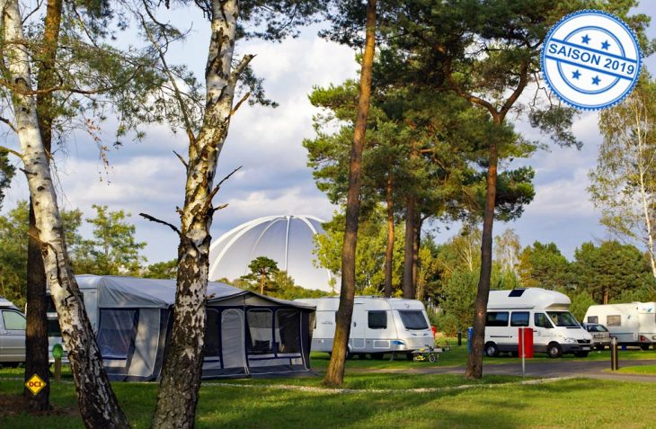 Camping mit Blick auf die imposante Halle des Tropical Islands Resorts. (Foto: Tropical Islands)