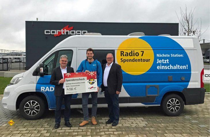 Der Geschäftsführer Finanz- und Rechnungswesen Johannes Stumpp (ganz links) und Dirk Riegger, Leiter Werksverkauf, übergeben den Spendenscheck in Höhe von 4.000,- Euro an Radio 7. (Foto: Carthago)