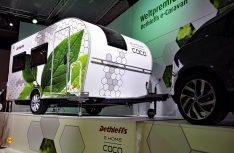 Ausgestattet mit Hochleistungsbatterien, zwei Naben-Elektromotoren und einer intelligenten Steuerungselektronik wird aus dem passiven Anhänger ein aktives Wohnauto. (Foto: Werk)