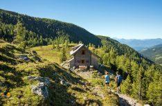 Die auf 1.840 Meter Höhe einsam und in toller Landschaft gelegene St. Oswalder Blockhütte ist im ausgedehnten Wandergebiet von Bad Kleinkirchheim eines der beliebtesten Ausflugziele und bietet bei klarem Wetter einen faszinierenden Ausblick über die Nockregion. (Foto: Franz Gerdl / Kärnten Werbung)