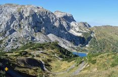 An der Bergstation des Millenium-Express, der längsten Kabinenbahn der Alpen, startet der beliebte Aqua-Trail auf 1,5 Kilometer Länge und in fast 2000 Metern. (Foto: hcb / D.C.I.)