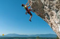 Kärntens Bergregionen bieten selbst Extrem-Kletterern außergewöhnliche Möglichkeiten. Aber nicht nur die Anhänger des Free-Climbing, auch sportliche und ambitionierte Bergsteiger mit oder ohne Seil und Haken sind hier bestens aufgehoben. (Foto: Adrian Hipp / Villach Tourismus)