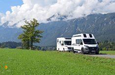 Vier Personen, zwei Reisemobile und ein Urlaubsland, das im Süden Österreichs nicht nur für Gäste mit ihrem rollenden Zuhause, sondern ganz besonders für Urlauber und Freunde eines schon fast mediterranen Lebensgefühls wie geschaffen ist. (Foto: hcb / D.C.I.)