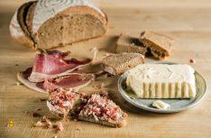 Brot, Butter und Speck – Nicht nur beim Slow-Food-Travel trifft man immer wieder auf die Grundlagen der Kärntner Küche. Kärnten ist mit dem Gailtal und dem Lesachtal die erste Slow-Food-Travel-Region weltweit. (Foto: SFT /slowfood)