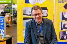 Oskar Kubesch von Heosolution ist mit Zusatzschlössern und Sicherheitstechnik in Sachen mobiler Sicherheit unterwegs. (Foto: alf / Mobil Total)