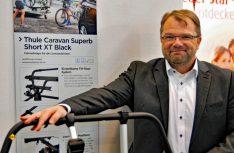 Nils Ihsen von Thule mit dem neuen Caravan-Fahrradträger Short XT Black. (Foto: alf / Mobil Total)