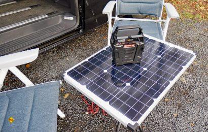 Die Die Revolt Powerbank HSG 750 - hier auf dem aus dem stabilen Pearl 50 Watt-Solarmodul gefertiigten D.C.I. -Solarcampingtisch - kann auch umweltfreundlich mit Solarstrom geladen werden. (Foto: det / D.C.I.)Revolt Powerbank HSG 750 - hier auf dem D.C.I.-Solarcampingtisch aus dem stabilen Pearl 50 Watt-Solarmodul gefertigt - kann umweltfreundlich mit Solarstrom geladen werden. (Foto: det / D.C.I.)