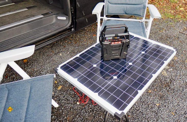 Die Revolt Powerbank HSG 750 - hier auf dem aus dem stabilen Pearl 50 Watt-Solarmodul gefertigten D.C.I. -Solarcampingtisch - kann auch umweltfreundlich mit Solarstrom geladen werden. (Foto: det / D.C.I.)