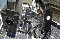 Rechts die Steckdose für 230 Volt-Anschlüsse und links die LED-Lampe mit Warn- und Signalfunktion. (Foto: det / D.C.I.)
