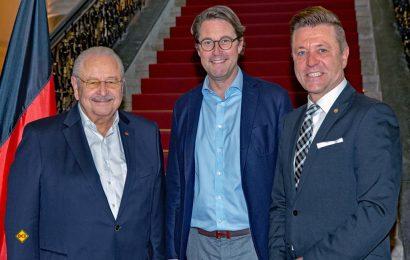 Im Gespräch mit Bundesverkehrsminister Andreas Scheuer (m.): Jürgen Karpinski (l.) und Wilhelm Hülsdonk (ZDK). (Foto: BMVI/Rui Cardoso)