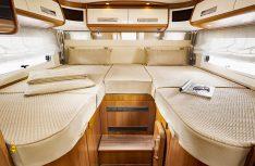Grosszügiges Schlafabteil mit komfortablen Einzelbetten im Carthago Jubiläumsmodell edition40. (Foto: Werk)