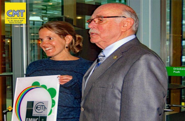 Anna Hollenbach vom Camping Fuussekaul nimmt den Wohlfühlplatz-Award 2019 des EMHC von Präsident Dieter Steinacker entgegen. (Foto: alf / Mobil Total)