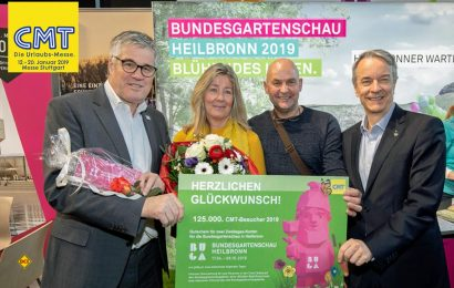 Tolle Halbzeitbilanz: Bereits am Dienstag konnte mit dem Ehepaar Fritsch aus Dachau der Besucher Nr. 125.000 mit einem Geschenk begrüßt werden. Buga-Chef Faas (links) und Messe-Chef Bleinroth (ganz rechts) begrüßten die Gewinner. (Foto: Messe Stuttgart)