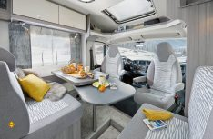 Hell, modern und freundlich: Der Innenraum des neuen Hobby Vans. Hier die Sitzgruppe. (Foto: Werk)