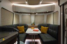 Beeindruckend und stylisch: Die Panorama-Lounge mit den umlaufenden Fenstern im neuen Eriba Touring 850. (Foto: Werk)