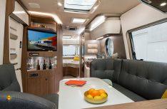 Der Eriba Touring 820 wirkt mit seinem Grundriss und einee Stehhöhe im Fahrzeug von über zwei Metern und seinem exklusiven Interieurdesign besonders extravagant und futuristisch. (Foto: Werk)