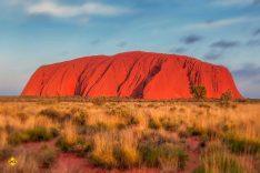 """Uluru oder Ayers Rock ist ein gewaltiger Sandsteinmonolith inmitten des trockenen """"Red Centre"""" im australischen Bundesstaat Northern Territory. (Foto: Walkerssk; pixabay.com)"""