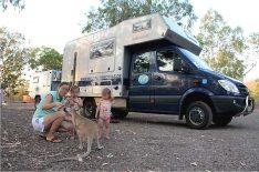 Wallabys sind die kleinen Verwandten der Kängurus und haben in der Nähe von Campingplätzen oft die Scheu vor dem Menschen verloren. (Foto: Abert; abenteuerosten.de)