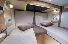 Das Heckbett mit eingefahrebem Slide-Out: Die Kopfteile der Einzelbetten fahren automatisch hoch. (Foto: Werk)