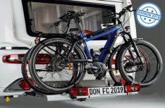 Der Al-Ko Carryback ist die erste ausziehbare Kugelkupplung für Caravans. Das variable System wird zusammen in Kombination mit dem E-Bike-Fahrradträger Strada Sport M2 von Atera angeboten, der mit bis zu zwei Fahrrädern beladen werden kann. (Foto: Fendt)