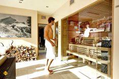 Eine Sauna (Plural Saunen/Saunas; finnisch sauna; auch Schwitzstube oder finnisches Bad genannt) ist ein Raum, der mithilfe eines Saunaofens auf 80 bis 105 Grad Celsius erhitzt wird. Aha! Im Camping Resort Zugspitze kann man auch einfach in der Sauna relaxen. (Foto: Marc Gilsdorf)