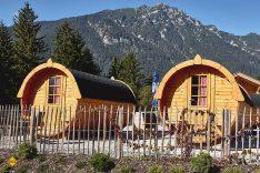 Wie wäre es einmal mit einer Übernachtung im Schlaf-Fass? Das Camping-Resort Zugspitze macht es möglich. (Foto: Marc Gilsdorf)
