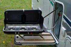 Pfiffige Idee: Ein ausklappbarer Außenkocher verhindert Kochmief im Mobil. (Foto: det / D.C.I.)