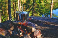 Robustes Kochgeschirr kann auch für das Lagerfeuer genutzt werden: (Foto: pixabay.com © lum3n Pixabay License)